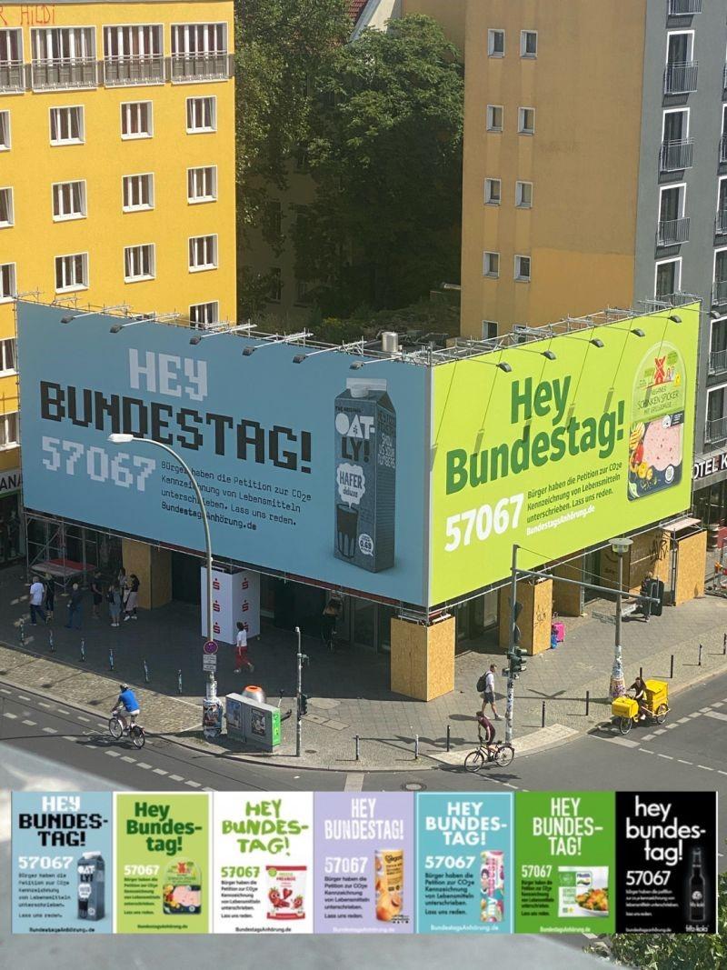Großflächige Plakate fordern die deutsche Regierung auf CO2-Kennzeichnung verpflichtend zu machen