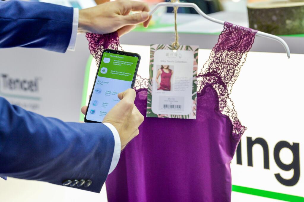 Kund*in scannt Etikette auf Kleid ein