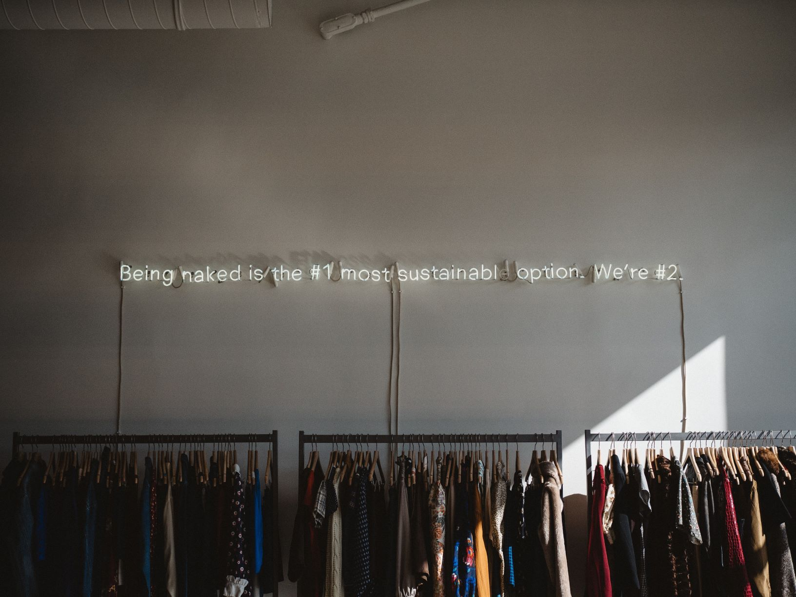leidung auf einem kleiderständer