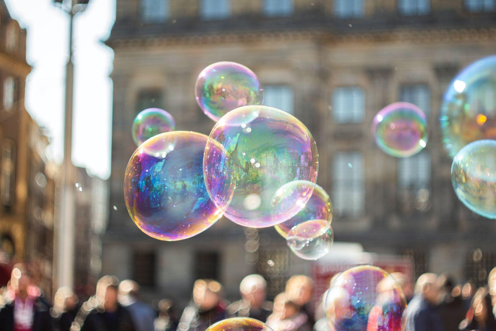 Seifenblasen über einer Menschenmenge